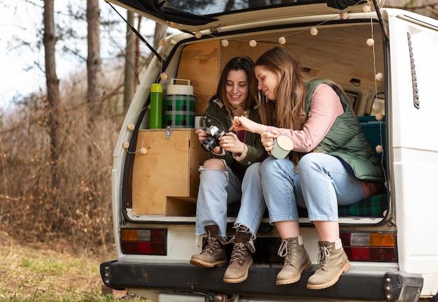 Pełne ujęcie kobiet w podróży