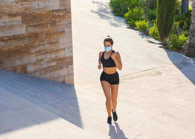 Pełne ujęcie kobiety biegnącej z maską