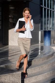 Pełne ujęcie kobiety biznesu buźkę