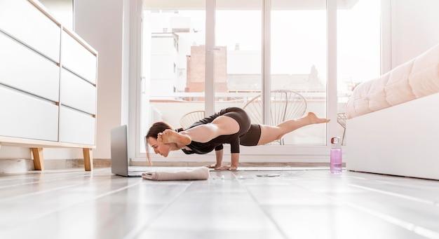 Pełne ujęcie kobiety ćwiczeń w domu