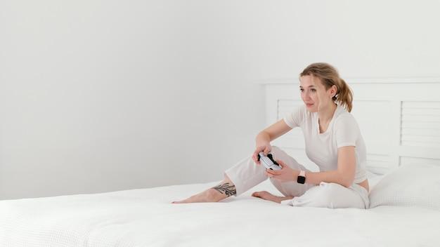 Pełne ujęcie kobiety grającej w gry wideo
