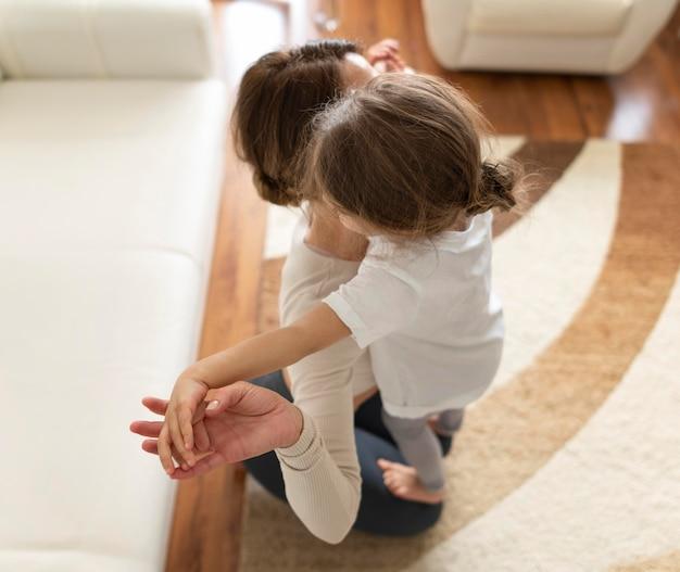 Pełne ujęcie kobiety i dzieciaka podczas treningu