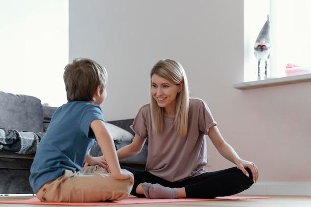 Pełne ujęcie kobiety i dziecka siedzącego na podłodze