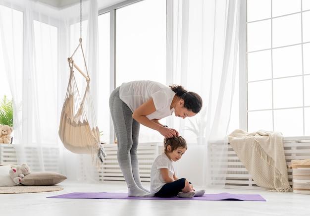 Pełne ujęcie kobiety i dziecka w pomieszczeniu