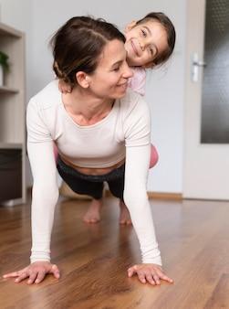 Pełne ujęcie kobiety i dziewczyny ćwiczeń