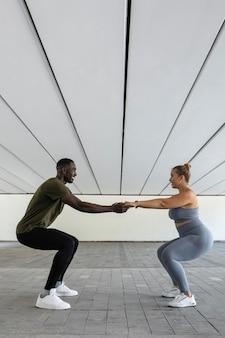 Pełne ujęcie kobiety i mężczyzny podczas treningu