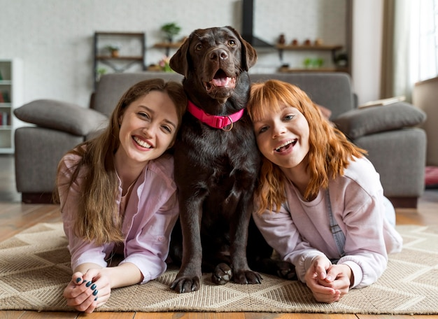 Pełne ujęcie kobiety i psa pozowanie