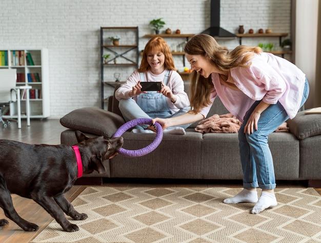 Pełne ujęcie kobiety i psa w środku
