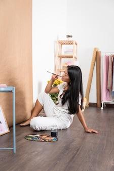 Pełne ujęcie kobiety kreatywnej w pomieszczeniu