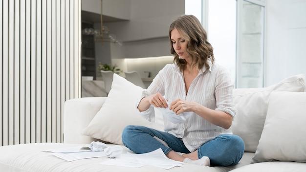 Pełne ujęcie kobiety łzę papieru