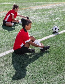 Pełne ujęcie kobiety na boisku do piłki nożnej