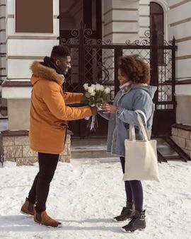 Pełne ujęcie kobiety odbierającej kwiaty