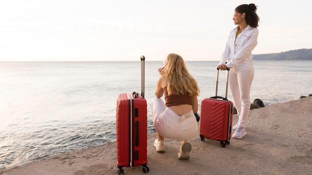 Pełne ujęcie kobiety patrząc na morze