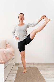 Pełne ujęcie kobiety podnoszącej nogę