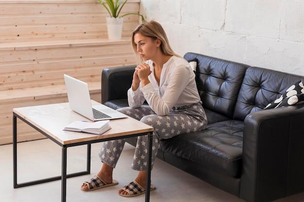 Pełne ujęcie kobiety pracującej w domu