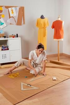 Pełne ujęcie kobiety pracującej z tkaniną
