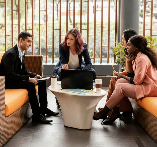 Pełne ujęcie kobiety prowadzącej spotkanie w pomieszczeniu