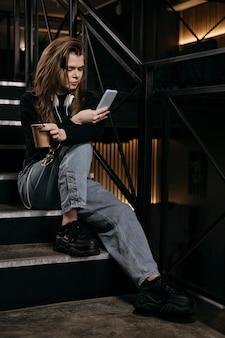 Pełne ujęcie kobiety siedzącej na schodach