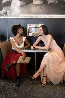 Pełne ujęcie kobiety siedzącej przy stole