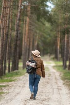 Pełne ujęcie kobiety spaceru na zewnątrz