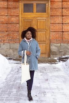 Pełne ujęcie kobiety stwarzające ze śniegiem
