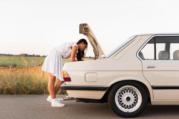 Pełne ujęcie kobiety szukającej w samochodzie ciężarowym