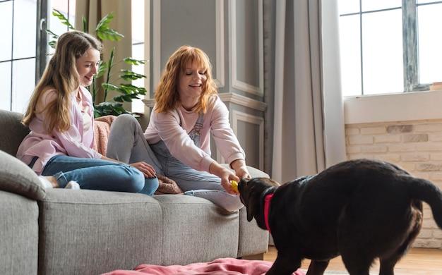 Pełne ujęcie kobiety trenujące psa