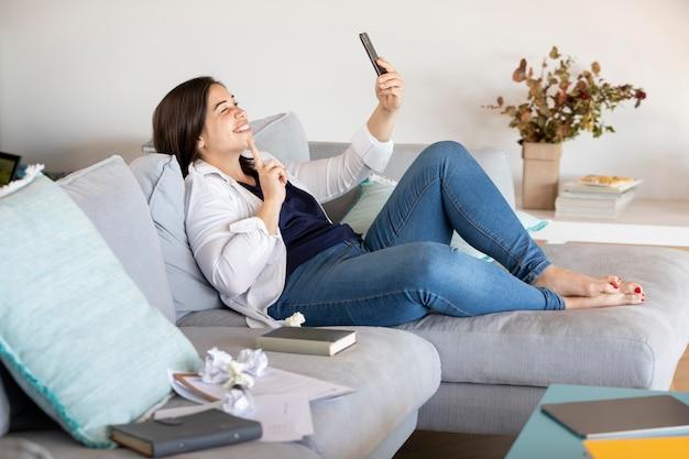 Pełne ujęcie kobiety trzymającej telefon