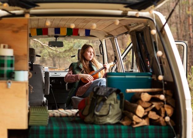 Pełne ujęcie kobiety w furgonetce