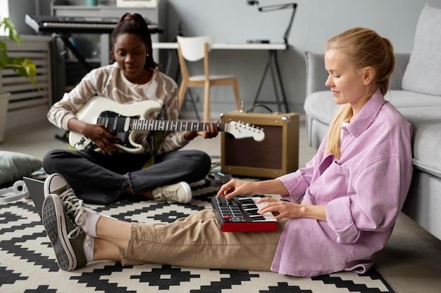 Pełne ujęcie kobiety z instrumentami na podłodze