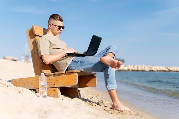 Pełne ujęcie koczownika pracującego na plaży