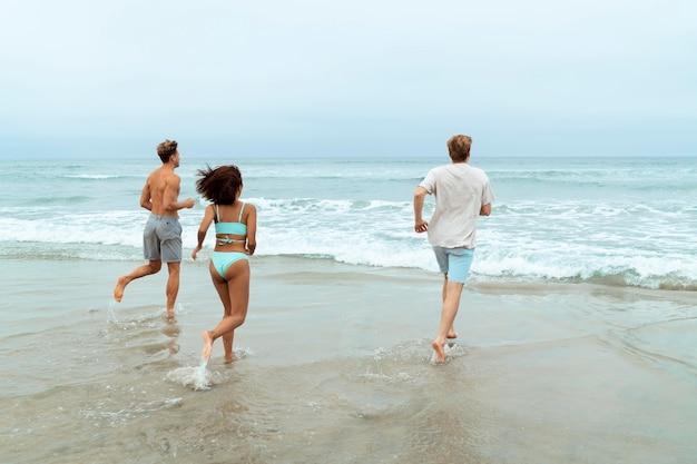 Pełne ujęcie ludzi biegających na plaży?