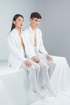 Pełne ujęcie ludzi noszących białe ubrania