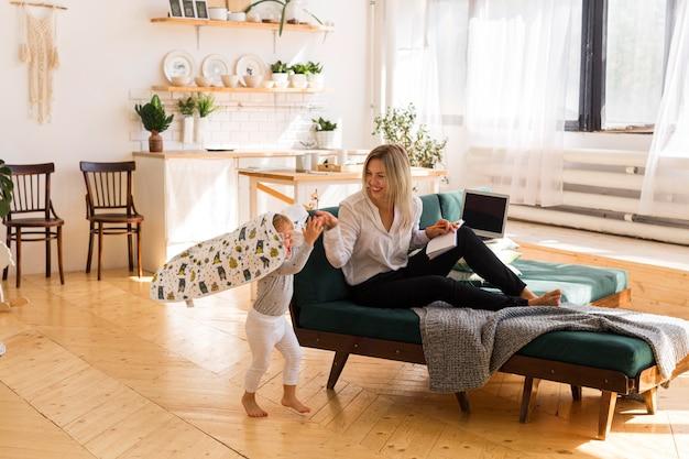 Pełne ujęcie matki i dziecka w domu