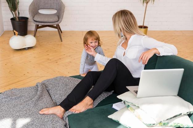 Pełne ujęcie matki i dziewczynki w domu