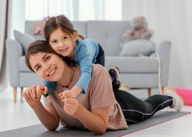 Pełne ujęcie matki i dziewczyny pozowanie