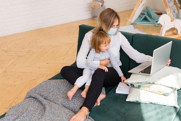 Pełne ujęcie matki pracującej w domu