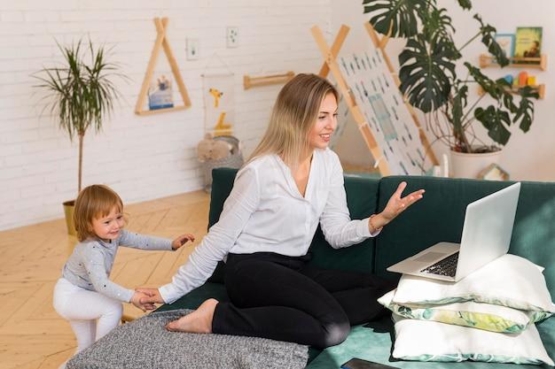 Pełne ujęcie matki z dzieckiem pracującym
