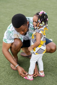 Pełne ujęcie na zewnątrz afrykańskiej rodziny