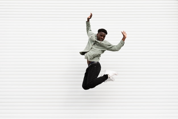 Pełne ujęcie nastolatka skaczącego do zdjęcia