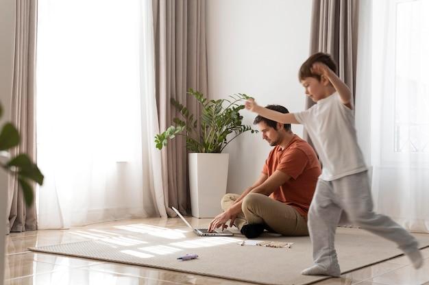 Pełne ujęcie ojca pracującego na podłodze