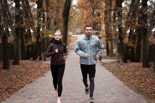 Pełne ujęcie osób biegających na świeżym powietrzu