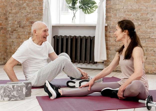 Pełne ujęcie osób na matach do jogi