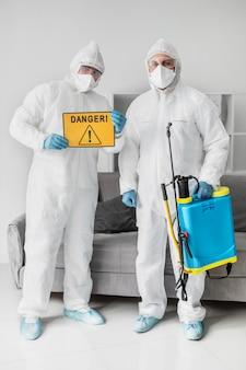 Pełne ujęcie osób noszących sprzęt ochronny
