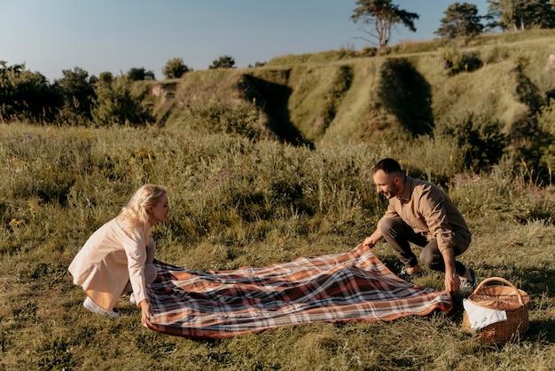 Pełne ujęcie osób przygotowujących piknik