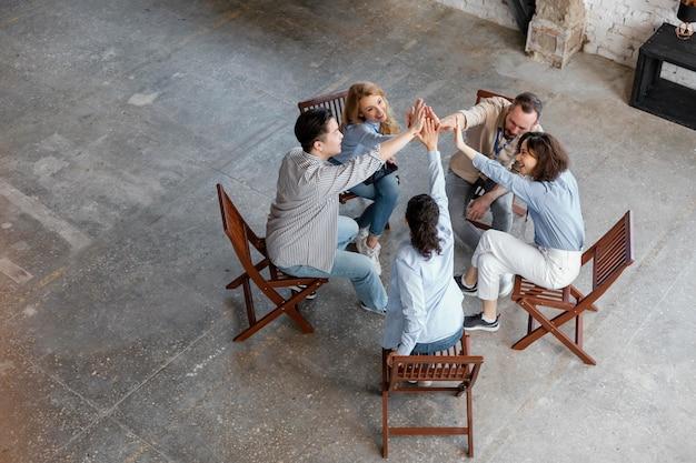 Pełne ujęcie osób w grupie terapeutycznej