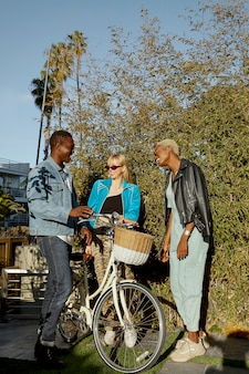 Pełne ujęcie osób z rowerem
