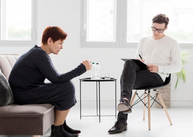 Pełne ujęcie pacjenta i psychologa