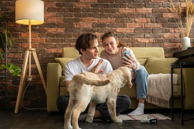 Pełne ujęcie para w pomieszczeniu z psem