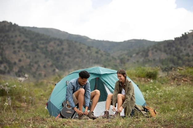 Pełne ujęcie pary w pobliżu namiotu